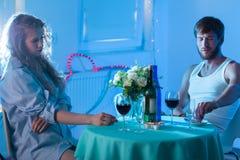Jeunes couples tristes se cassant  Photos stock