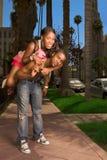 Jeunes couples urbains noirs effectuant l'amusement dans la rue image stock