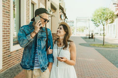 Jeunes couples utilisant des smartphones et se sourire extérieur Images stock