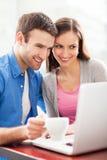Jeunes ajouter à l'ordinateur portable Images stock