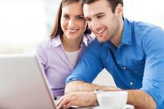 Les jeunes avec l'ordinateur portable Image stock