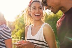 Jeunes couples utilisant le téléphone portable Photo libre de droits