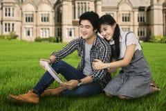 Jeunes couples utilisant un comprimé numérique extérieur Image libre de droits