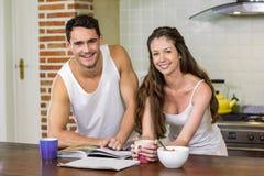 jeunes couples vérifiant leur organisateur personnel dans le matin Photos libres de droits