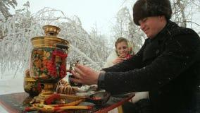 Jeunes couples Vacationing dans la forêt d'hiver banque de vidéos