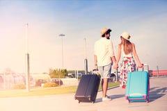 Jeunes couples voyageant avec le bagage Images libres de droits
