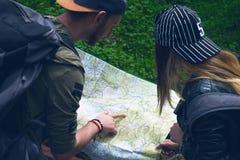 Jeunes couples voyageant dans une nature Gens heureux Mode de vie de voyage Photo libre de droits