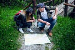 Jeunes couples voyageant dans une nature Gens heureux Mode de vie de voyage Image libre de droits