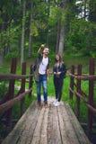 Jeunes couples voyageant dans une nature Gens heureux Mode de vie de voyage Photos stock