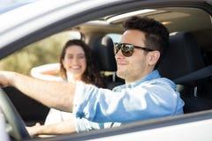 Jeunes couples voyageant en une voiture Images libres de droits