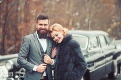 Jeunes couples voyageant en voiture des vacances photographie stock libre de droits