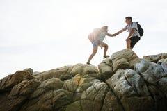 Jeunes couples voyageant ensemble au-dessus de la colline images stock