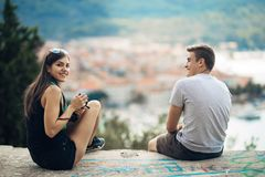 Jeunes couples voyageant et visitant l'Europe Été voyageant l'Europe et la culture méditerranéenne Rues colorées, paysage urbain Photographie stock