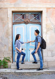 Jeunes couples voyageant, nouveaux endroits les explorant Photos stock