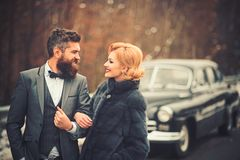 Jeunes couples voyageant sur une voiture de cru photos stock