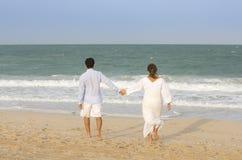 Jeunes couples waling à la plage à Dubaï Images stock