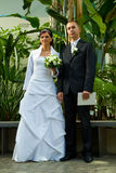 Jeunes couples wedded dans le jardin   photo stock