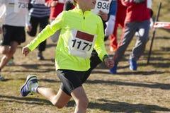 Jeunes coureurs sportifs sur une course Circuit extérieur Photo stock