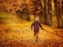 Jeunes courses d'un garçon Photographie stock libre de droits