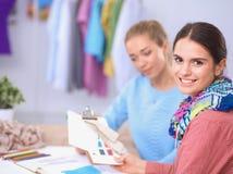 Jeunes couturiers modernes travaillant au studio Photos stock