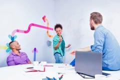 Jeunes créatifs à la séance de réflexion Photos libres de droits