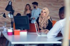Jeunes créatifs de jeune entreprise sur la réunion au bureau moderne faisant des plans et des projets image libre de droits
