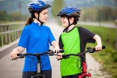 Jeunes cyclistes Photo libre de droits