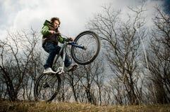 jeunes d'équitation d'homme de vélo Photographie stock libre de droits