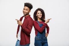 Jeunes d'Afro-américain dans des vêtements sport semblant doigt parti et de point D'isolement sur le fond blanc Photographie stock