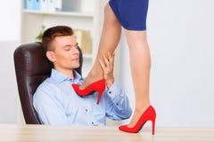 Jeunes d'officeman rapports de manière romantique avec Photos stock
