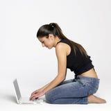 jeunes d'ordinateur portatif de fille image libre de droits