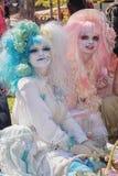 Jeunes dames admirablement habillées avec des perruques des cheveux roses et bleus Photographie stock