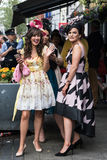 Jeunes dames allant aux courses de Galway Image libre de droits
