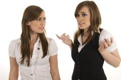 Jeunes dames d'affaires agissant l'un sur l'autre Photo libre de droits