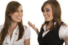 Jeunes dames d'affaires agissant l'un sur l'autre Photographie stock libre de droits
