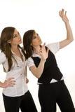 Jeunes dames d'affaires agissant l'un sur l'autre Image libre de droits