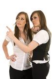 Jeunes dames d'affaires agissant l'un sur l'autre Photos libres de droits
