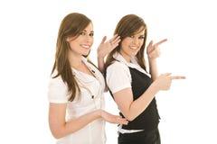 Jeunes dames d'affaires agissant l'un sur l'autre Photographie stock