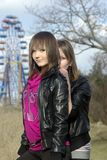 Jeunes dames et une roue de ferris [1] Photos stock