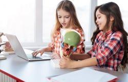 Jeunes dames focalisées travaillant dans le laboratoire d'école images stock