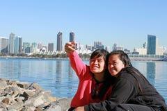 Jeunes dames prenant la photo d'individu Image libre de droits