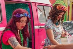 Jeunes dames vendant la sucrerie à un festival image libre de droits