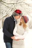 Jeunes dans des couples d'amour en parc en hiver Images stock