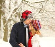 Jeunes dans des couples d'amour en parc en hiver Photo libre de droits