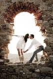 Jeunes dans des couples d'amour se reposant à l'intérieur de l'arcade de brique de la vieille ruine de bâtiment Photographie stock