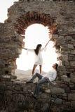 Jeunes dans des couples d'amour se reposant à l'intérieur de l'arcade de brique de la vieille ruine de bâtiment Photos stock