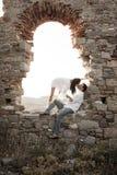 Jeunes dans des couples d'amour se reposant à l'intérieur de l'arcade de brique de la vieille ruine de bâtiment Image libre de droits