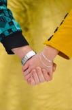 Jeunes dans des mains de fixation de couples d'amour Photo stock