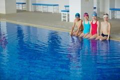 Jeunes dans la piscine Image stock