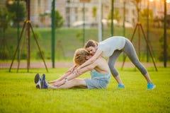 Jeunes dans les couples caucasiens hétérosexuels d'amour, homme avec la femme de barbe avec de grands seins faisant l'exercice ét Photo libre de droits